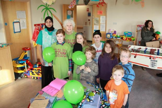 Children from the Finchley Progressive Synagogue deliver gifts and get well cards to children in Barnet Hospital