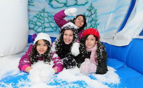 Families strike a festive pose in the snow globe (photo: 4lifephotography)