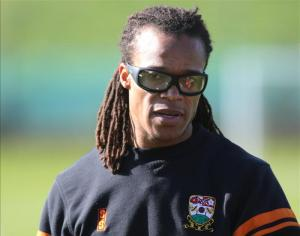 Edgar Davids has agreed to stay at Barnet next season and the former Dutch international will remain the Bees' head coach.